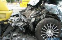 На Броварском проспекте в Киеве микроавтобус, разворачиваясь через двойную сплошную, травмировал трех человек