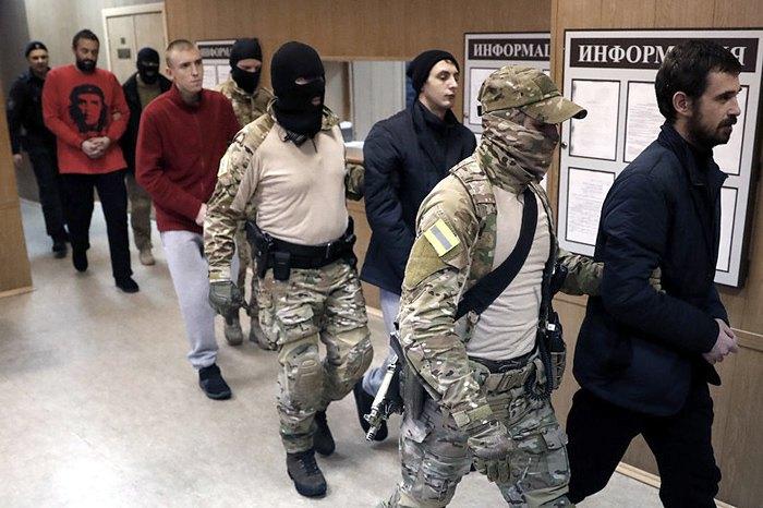 Украинских моряков сопровождают на заседание суда в Лефортово, Москва, 15 января 2019.