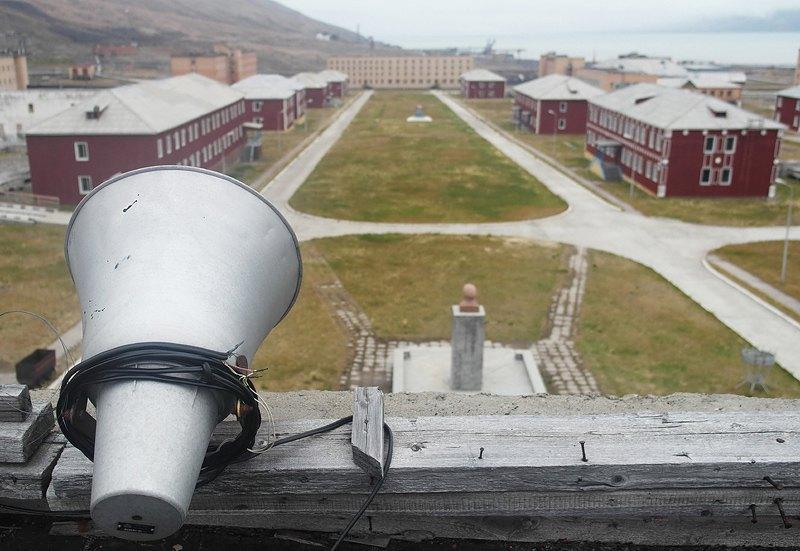Полярный посёлок Пирамида расположен на 78-м градусе 40 минутах северной широты. В 1998 году добыча угля на руднике была приостановлена, а посёлок — законсервирован.