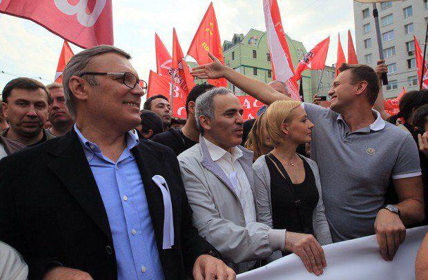 Гарри Каспаров (второй слева) и Алексей Навальный (крайний справа) возглавили многотысячное шествие в Москве