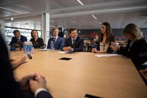 Зеленский рассказал французским стартаперам о красивых женщинах в Украине