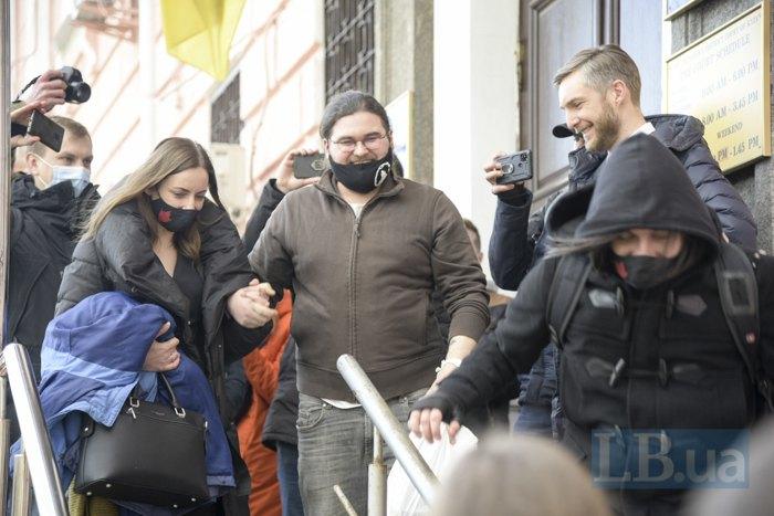 <b>Владислав Гранецький-Стафійчук (у центрі) після судового засідання</b>