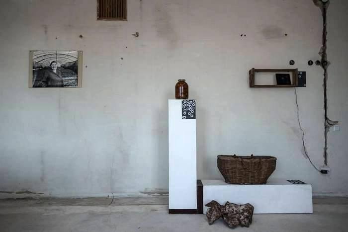 """""""Снаряды летают, а мы помидоры крутим и закатываем"""", - говорит местная жительница. Поэтому обломки снарядов в корзинке расположены рядом с трехлитровой банкой помидоров"""