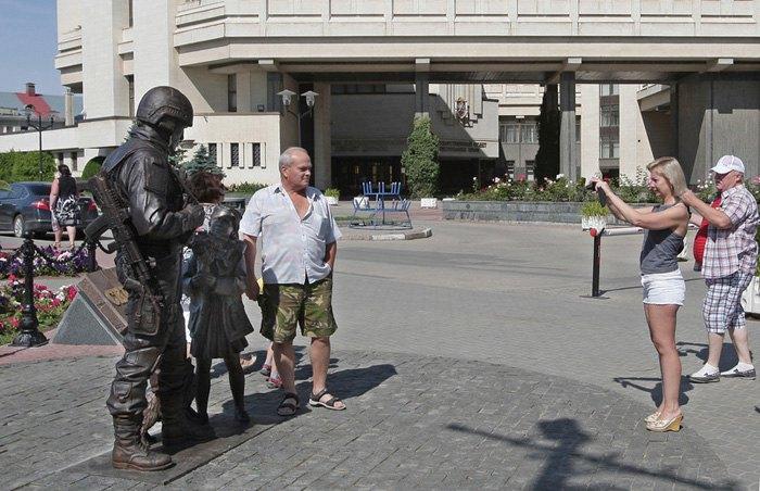 Туристы возле памятника *Вежливым людям*, Симферополь, Крым.