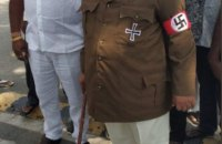 Індійський політик прийшов на засідання парламенту одягнений, як Гітлер
