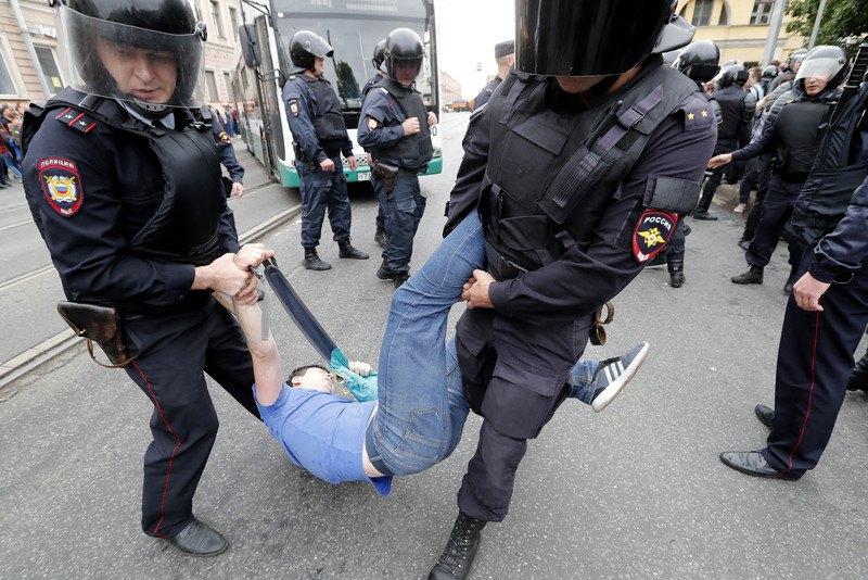 Затримання активіста під час протестів проти пенсійної реформи в Санкт-Петербурзі, 9 вересня 2018.