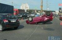 В Киеве на Петровке в результате ДТП Ford перевернулся на крышу и врезался в отбойник