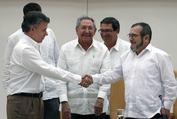 Хуан Мануэль Сантос (слева), Рауль Кастро (в центре), Тимолеон Хименес (справа)
