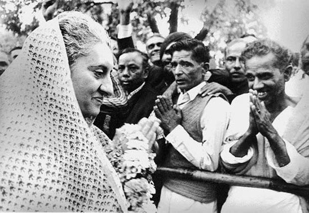Индиру Ганди приветствуют сторонники во время выборов 1971г .