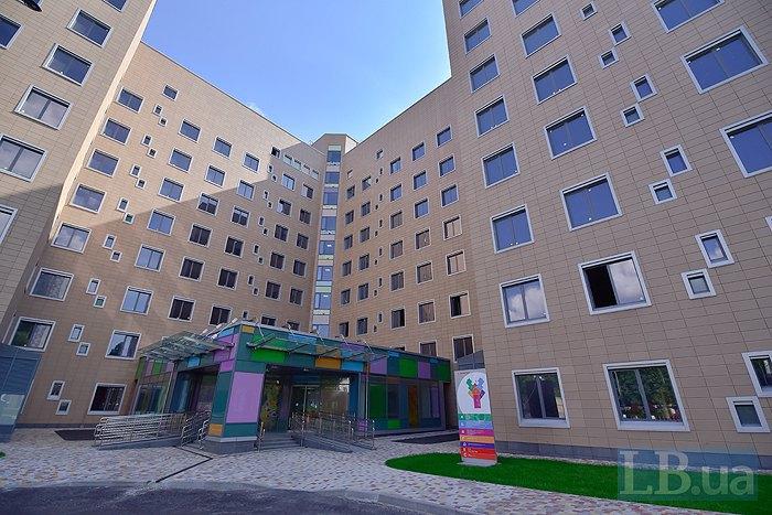 Центральний вхід в лікарню розташований зі сторони вулиці Стрітенська, але поки він зачинений. Зараз відвідувачі користуються входом через корпус Д.