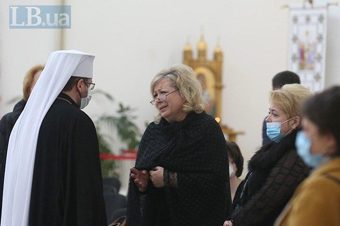 Глава УГКЦ Святослав Шевчук и вдова Адриана Скорик во время церемонии прощания