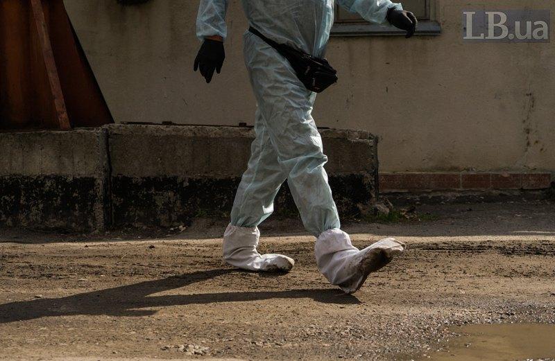 Захисний костюм медпрацівника, що забирає тіла померлих від ковіду.