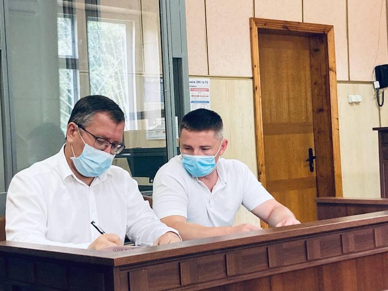 Артем Сахнюк та адвокат Сергій Тимощук перед початком судового засідання