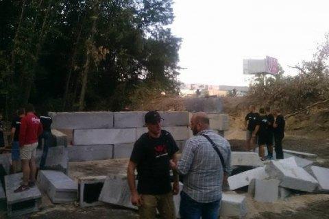 """Активісти демонтували будівництво заправки в урочищі """"Бичок"""""""