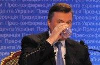 Янукович пьет минеральную воду по 25 гривен за бутылку