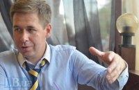 Российский адвокат на благотворительном аукционе купил старые кеды украинского поэта Жадана