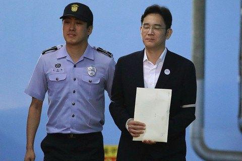 Главу Samsung засудили до п'яти років за хабарі