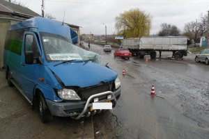 У Миколаївській області КамАЗ зіткнувся з маршруткою