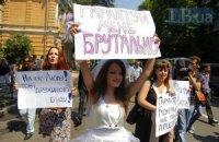 В День Конституции к Януковичу пришли в свадебном платье и с плакатами