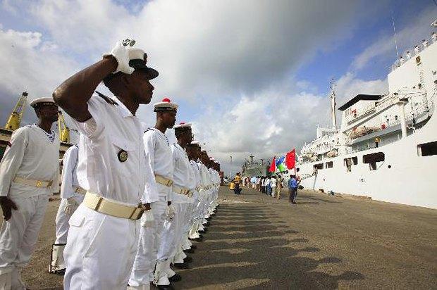 Солдаты ВМС Джибути отдаю честь во время встречи китайского судна Peace Ark в порту Джибути.