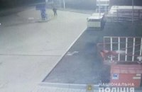 На Полтавщині поліція шукає озброєного чоловіка, який пограбував магазин автозаправки