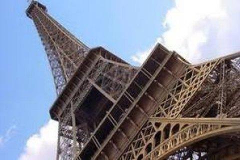 УПарижі відкрили для туристів Ейфелеву вежу, яка непрацювала через страйк