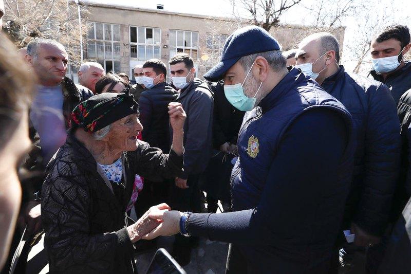 Премьер-министр Армении Никол Пашинян во время своего визита в общину Налбандян, Армавирской области Армении, 28 марта 2021 г.