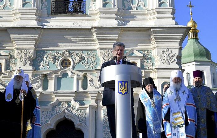 Президент Петро Порошенко виступає зі зверненням під час молебну за автокефалію на Софійській площі