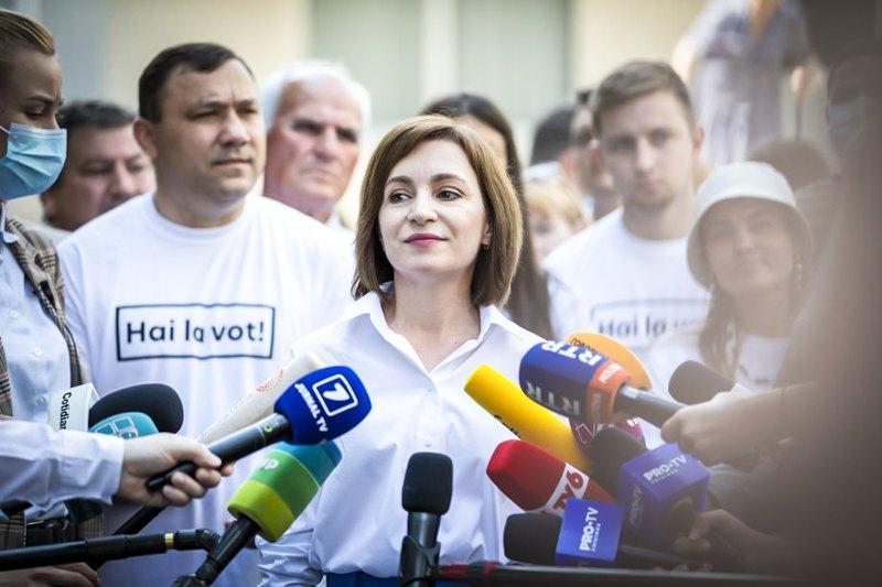 Президент Молдови Мая Санду виступає перед ЗМІ після голосування на виборчій дільниці під час парламентських виборів у Кишиневі, Молдова, 11 липня 2021