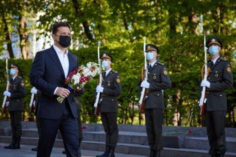 Зеленский почтил память погибших во Второй мировой войне на площади Славы в Киеве