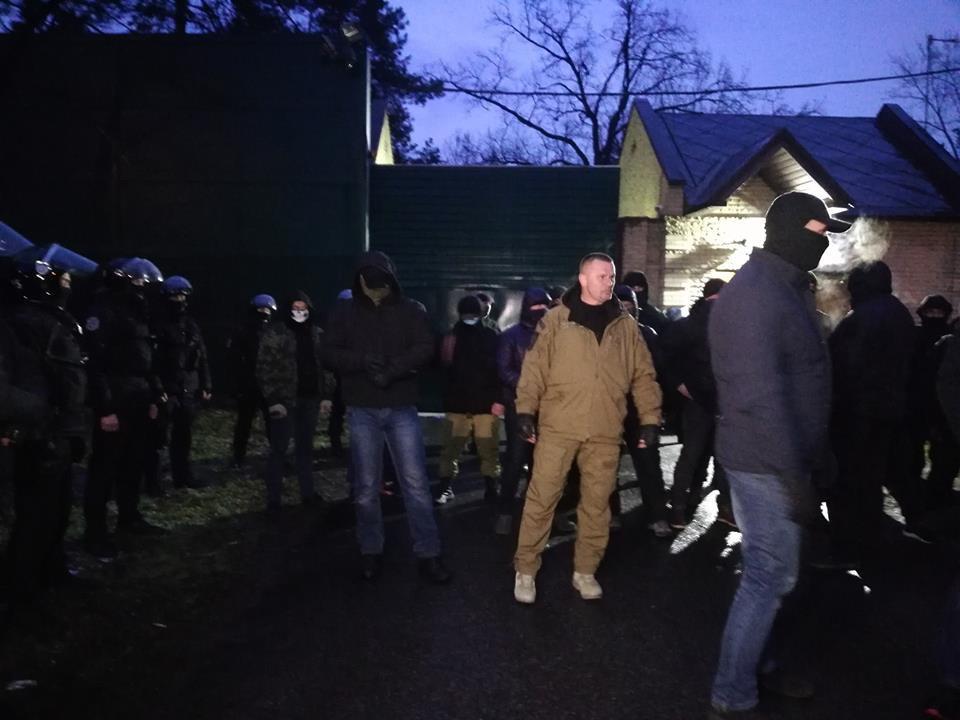 Полиция и журналисты у поместья Виктора Медведчука