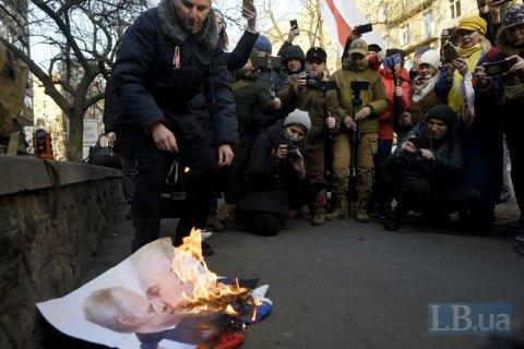 У Києві на акції проти інтеграції Білорусі з РФ спалили портрети Путіна і Лукашенка