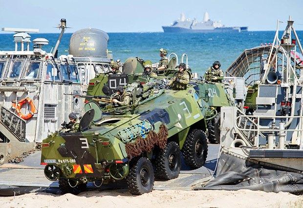 Військово-морські навчання країн НАТО в Польщі, червень 2015. Загалом 5000 військовослужбовців з Польщі, Нідерландів, Данії, Естонії, Франції, Латвії, Литви, Великобританії, США, Туреччини, Бельгії, Норвегії, Канади, Німеччини, а також партнери по НАТО Фінляндія, Швеція і Грузія прийняли участь в щорічних багатонаціональних навчаннях у 2015 році