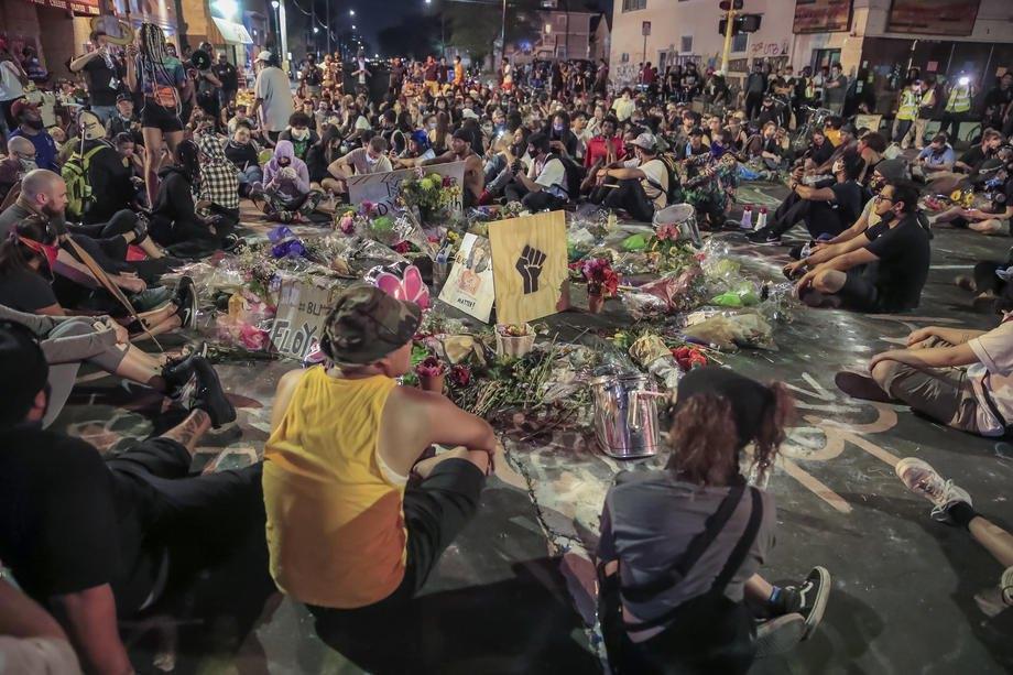 Люди на коленях у импровизированного мемориала Джорджа Флойда на месте, где он был арестован и умер во время задержания, Миннеаполис, США, 1 июня 2020