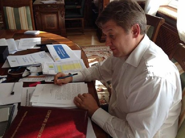 Впервые за последние несколько лет проект бюджета был подан в Раду вовремя. На фото министр финансов Александр Данилюк подписывает соответствующие бумаги