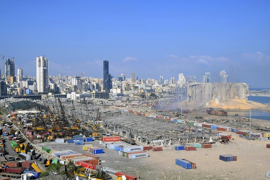 Общий вид разрушенного порта после взрыва в Бейруте, Ливан, 05 августа 2020.