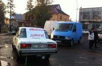 На Закарпатье жители сел перекрыли трассу и требуют отремонтировать дороги