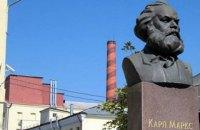 """""""Рошен"""" демонтировал бюст Маркса на территории киевской фабрики"""