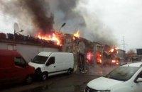 Пожар на СТО в Киеве повредил семь автомобилей
