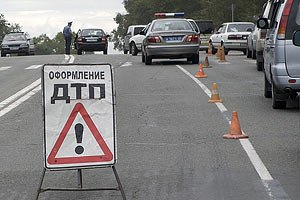 В Крыму автомобиль врезался в киоск дежурного по парковке