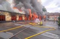 В Ужгороді горять склади механічного заводу