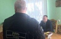 """На Буковині затримали чиновника за """"пропозицію"""" поліцейському 8 тис. євро хабара щомісяця"""