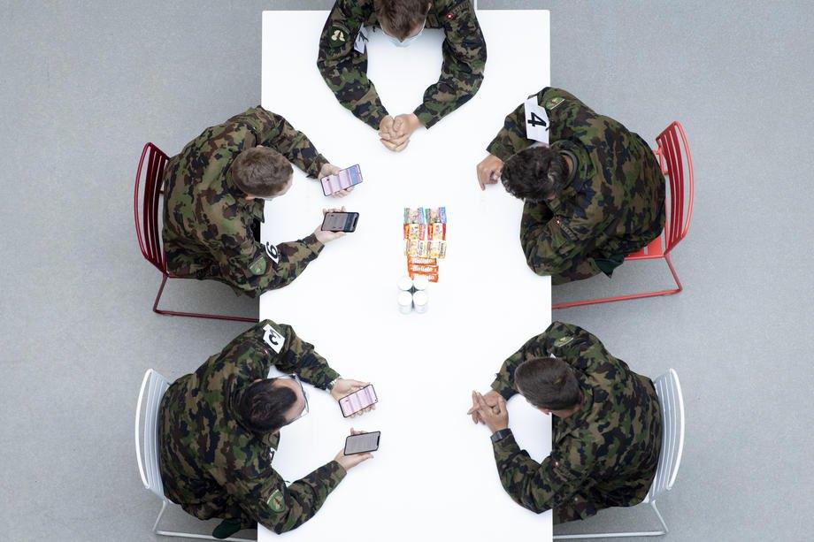 Військові швейцарської армії використовують на смартфонах Android та iOS Google під час тестування програми для відстеження вiдстаней мiж абонентами в інституті в Лозанні, Швейцарія, 24 квітня 2020 р.