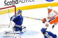 """У матчі НХЛ Макдевід закинув неймовірну шайбу, обігравши всіх хокеїстів """"Торонто"""""""