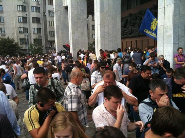 Участники акции протеста утверждают, что под Украинским домом распыляли газ