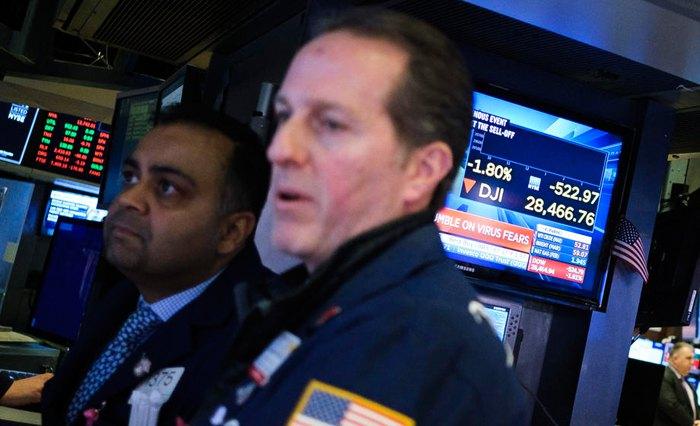 Трейдеры на Нью-Йоркской фондовой бирже, США, 27 января 2020