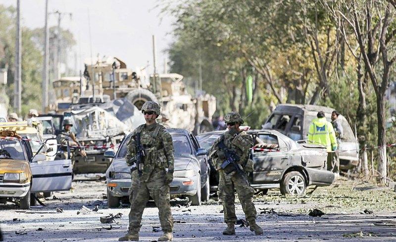 Американські солдати інспектують місце підриву автомобіля самогубцем у Кабулі, Афганістан, 16 вересня 2014.