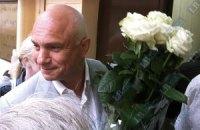 Муж Тимошенко и подруга принесли ей цветы (обновлено)