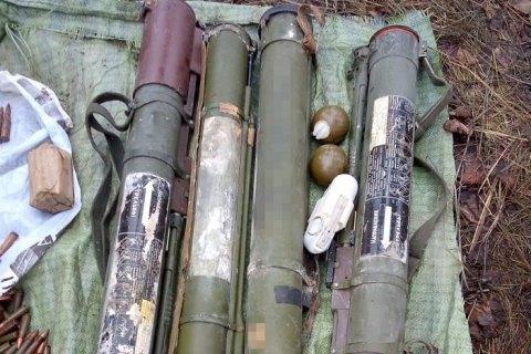 Поблизу лінії розмежування на Луганщині знайшли схрон з протитанковими гранатами та боєприпасами