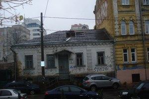 Неизвестные рушат старинный дом возле Десятинной церкви
